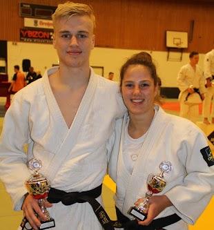 Marrick en Dianne met hun prijzen