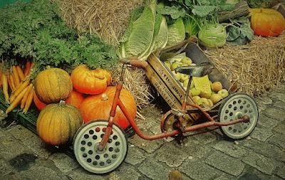 Altes Kinderrad auf einem Markt