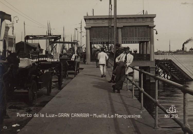 Otra vista del embarcadero en que se aprecian las escalas y la pontona de soporte. Foto Archivo FEDAC.jpg