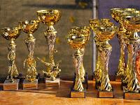 28 A verseny kupái és díjai.JPG
