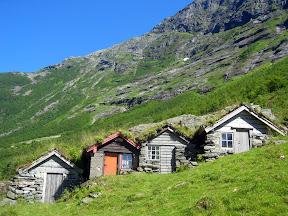 Norangsdalen. Setrehus bygd inn til en bergvegg, for å vernes mot ras fra fjellet.