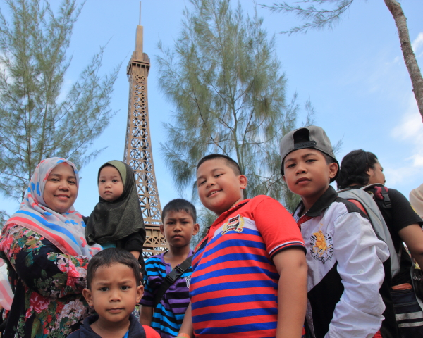 ikon eiffel tower eco world