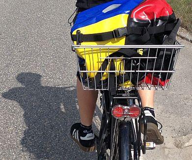 Blau-Gelb-Rote Ortlieb-Tasche im Fahrradkorb