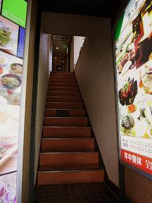 2階につづく狭い階段