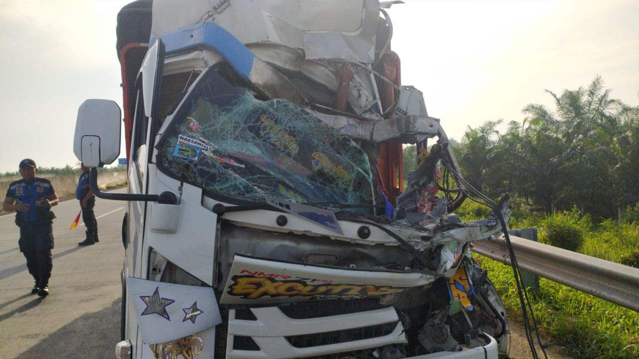 Diduga Ngantuk di Jalan Tol JMKT, Truk Tabrak Truk 3 Orang
