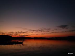 2010/12/01の日没時のお写真です。風が無いベタ凪の海に夕日の名残りを残す横山が反射し、綺麗です。