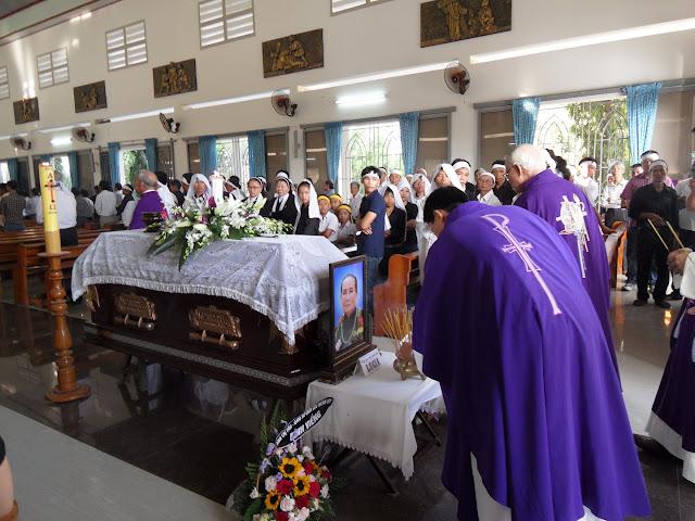 Hình ảnh thánh lễ an táng  Bà Cố Lucia Nguyễn Thị Mai tại Giáo xứ Phú Phong