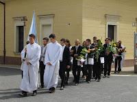 A Mariánum végzős diákjai a katolikus plébánia előtt.jpg
