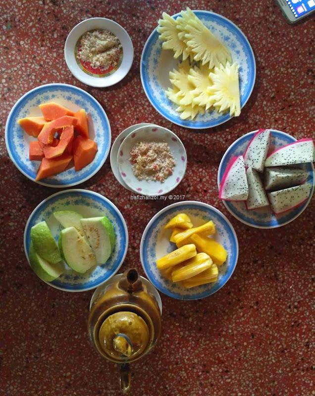 makan buah di sungai mekong