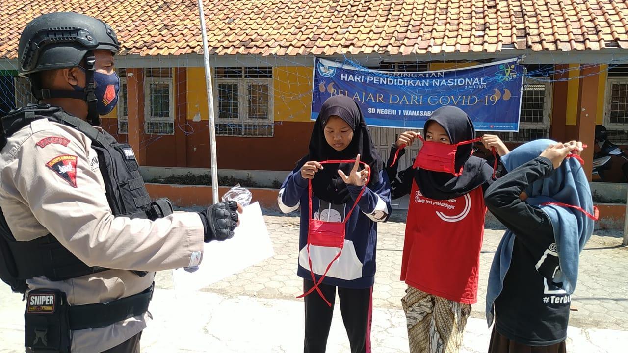Satuan Brimob Polda Jabar Datangi Anak - Anak Sekolah di Cirebon