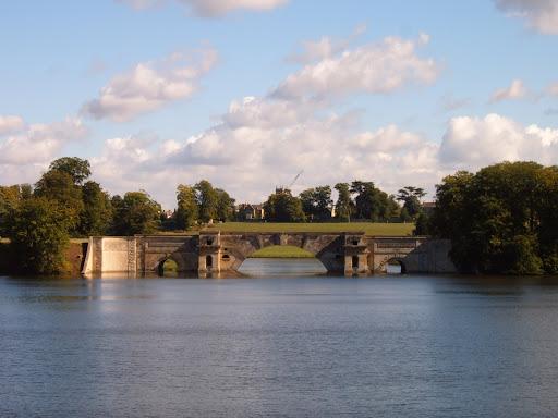 blenheim palace lake bridge