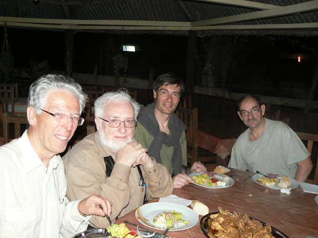 Entomologistes à  Ebogo (Cameroun), le soir de l'arrivée, 19 avril 2013. Photo : C. Renoton