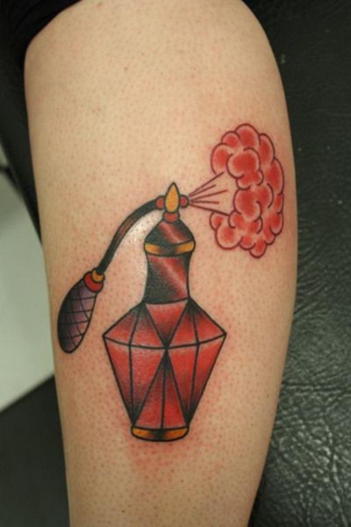 vermelho_perfume_perna_tatuagem
