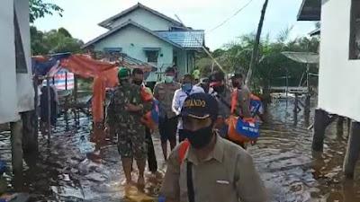 TNI-Polri Kawal Pemdes Salurkan Bantuan Bencana Banjir