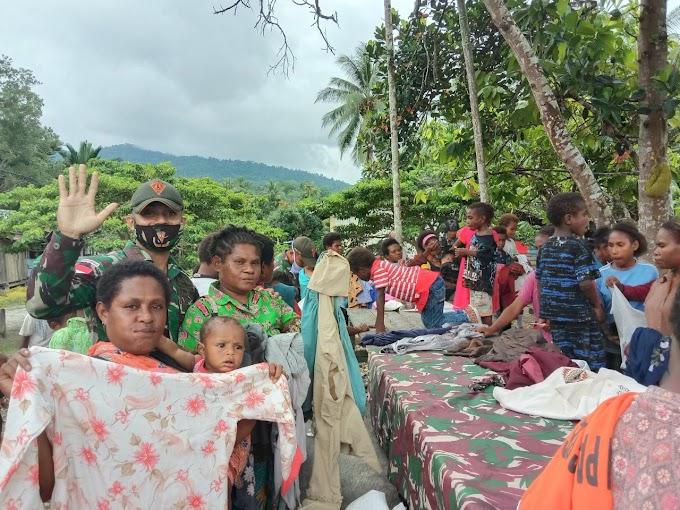 Minggu Penuh Berkah, Satgas Yonif 131/Brs Bagikan Pakaian di Kampung Kibay Papua
