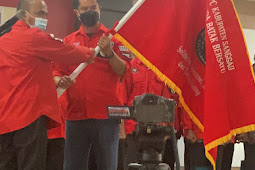 Ketua DPD PBB Kalbar Binarto Sihotang Serahkan Bendera Petaka Pemuda Batak Bersatu ke Leonardo Hamanangan Silalahi, SH.MH Selaku Ketua DPC PBB