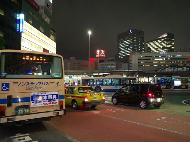 横浜駅西口のバスロータリーの横浜市営バスとタクシー