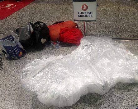 Fahrrad verpackt in Plastikfolie am Schalter von Turkish Airlines in Frankfurt/Main