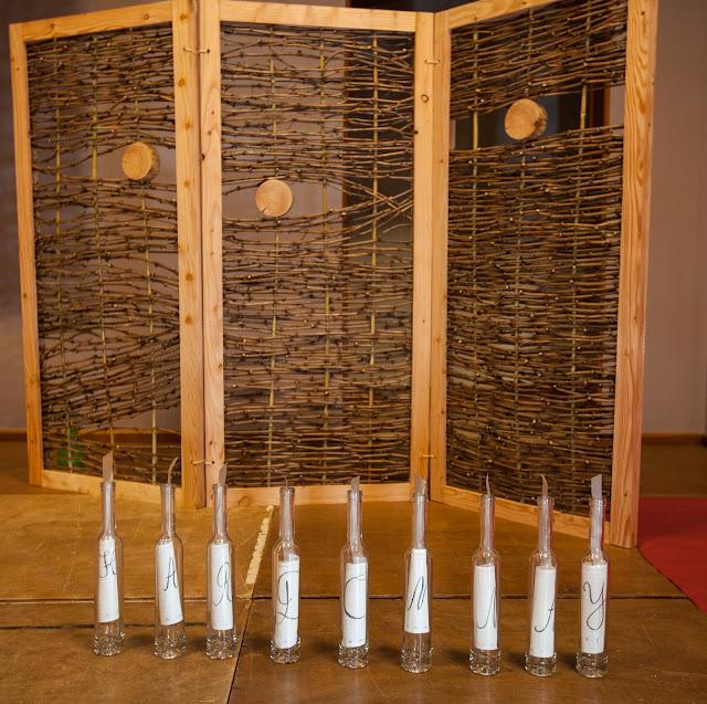 Réalisation de tressages en sarments de vigne par les guimbelotines et guimbelotins, sous la houlette de Fabrice Pressigout, artiste en matières végétales :  https://picasaweb.google.com/106971507629359316908/GuimbelotStageTressagesEnSarmentsDeVigne?authkey=Gv1sRgCMnj1ML76cOpkgE#