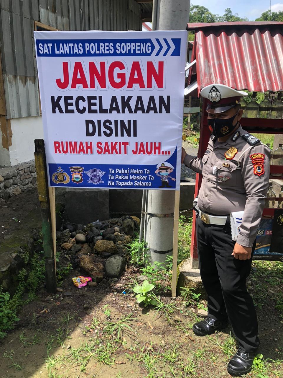 Spanduk Imbauan untuk Tekan Angka Laka Lantas di Kabupaten Soppeng