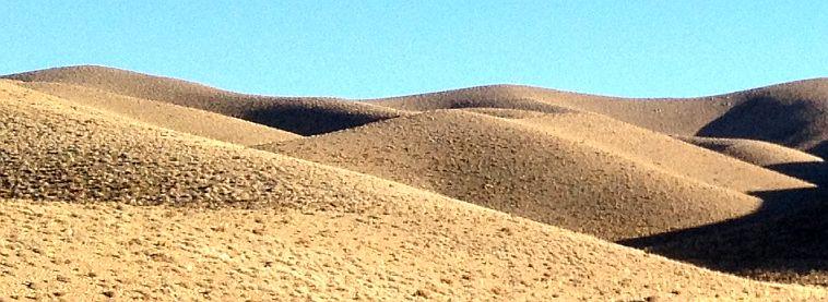 Hügel an der Passhöhe (2410 m) vor Boroujen, Iran