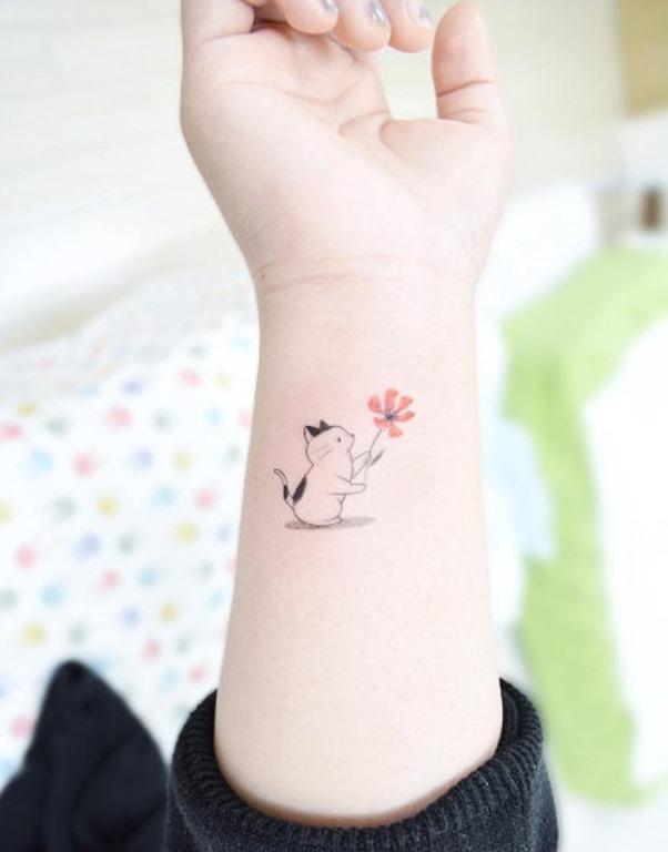este_gato_bonito_com_uma_flor