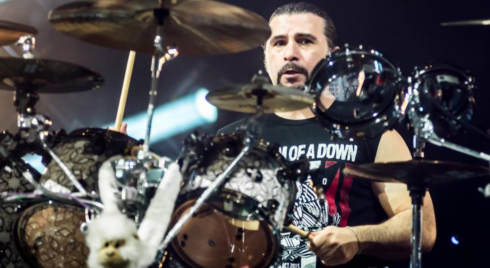 John Dolmayan é eleito entre os 50 melhores bateristas de todos os tempos