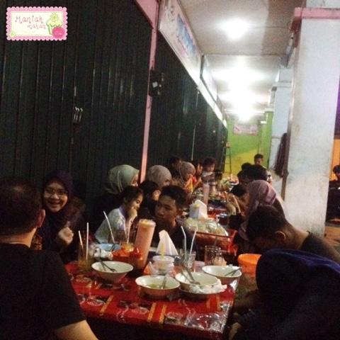 maniak-makan-timlo-maestro-solo-keprabon-suasana-makan-malam-lesehan