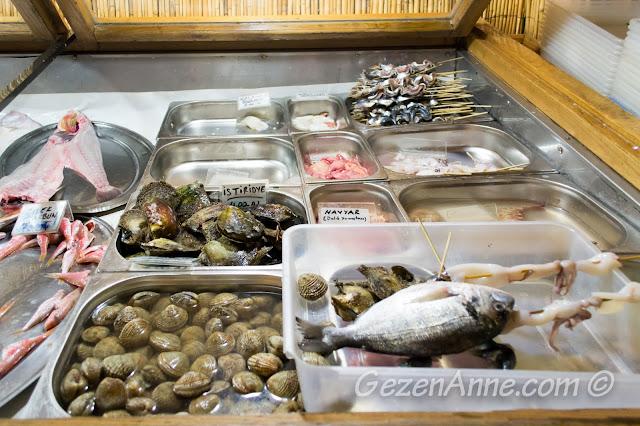 Akın'ın Yeri'ndeki balık ve deniz mahsulü tezgahı, Özbek Köyü Urla İzmir