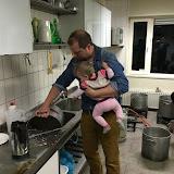 Ondertussen in de keuken ... pannen afwassen