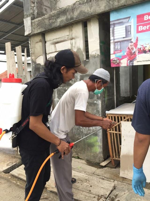 HMI Komisariat Insan Cita Bersama Perangkat Desa Srimahi Tambun Utara lakukan Semprot Desinfektan