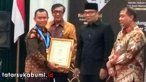 Ridwan Kamil Anugrahi Desa Cimanggu Sukabumi Penghargaan Desa Sadar Hukum dan Medali Anubhawa
