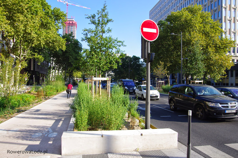 Kiedyś po 5 pasów ruchu samochodów w każda stronę... teraz miejsce na drzewa i drogę dla rowerów.