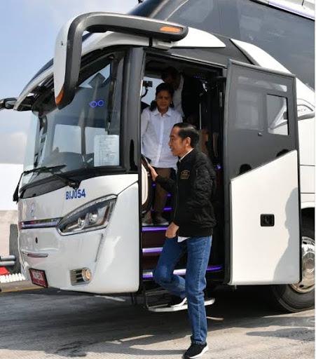 Presiden Jokowi Naik Bus DAMRI