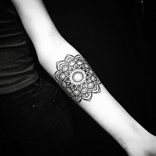 este_tradicional_mandala_flor_da_tatuagem_do_antebraço