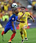 A francia Patrice Evra (b) és a román Nicolae Stanciu a franciaországi labdarúgó Európa-bajnokság Franciaország-Románia mérkőzésén, 2016 (MTI Fotó: Illyés Tibor)