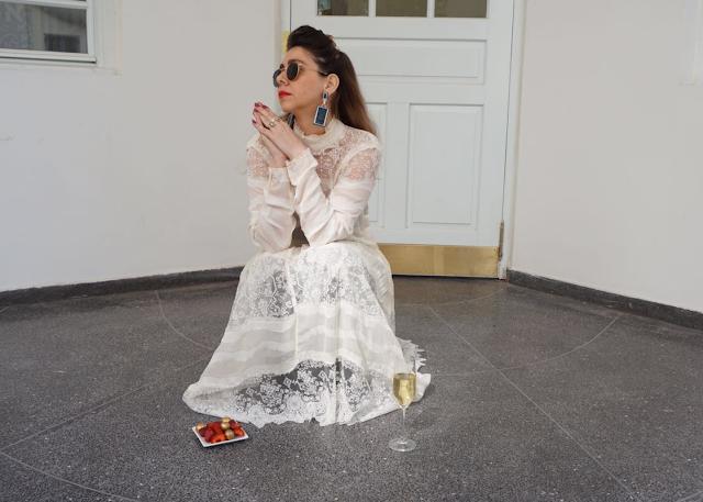 איך יוצאים לרחובות עם שמלה לבנה ?!