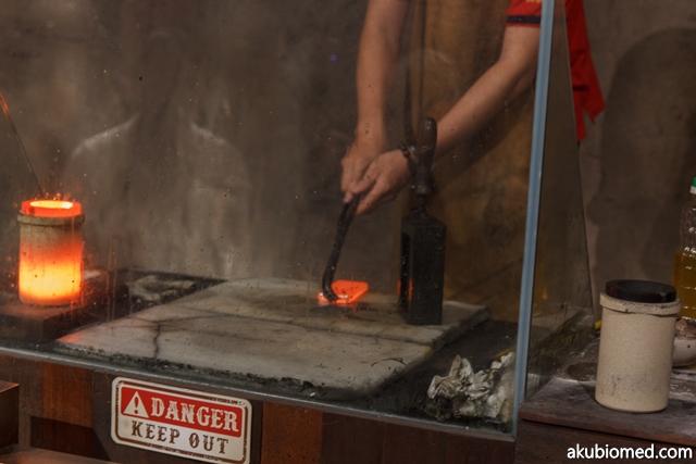 Jongkong perak dikeluarkan dari acuan dan direndam didalam air selama 10 minit