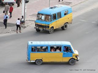 Des taxis bus de marque Mercedes pour le transport en commun sur le boulevard du 30 juin le 20/04/2012 à Kinshasa. Radio Okapi/ Ph. John Bompengo