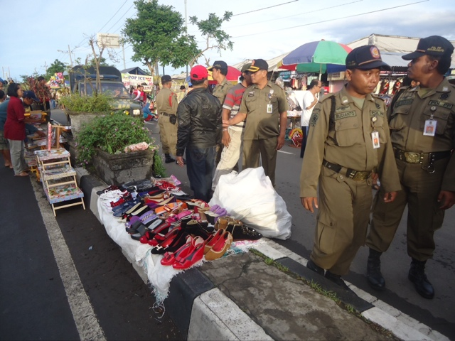 Langgar Aturan, PKL Car Free Day Benpas Dibubarkan Paksa