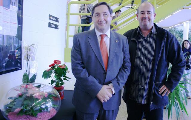 El conseller d'Agricultura, Josep M. Pelegrí, amb el president del Mercat de Flor i Planta Ornamental de Catalunya, Josep Vizcarro.