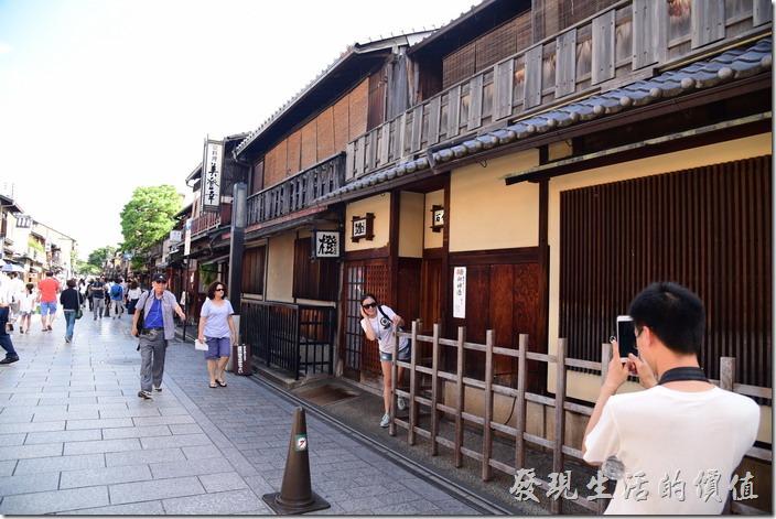 花見小路兩旁以及更小的巷子內其實大多是茶屋,這些茶屋白天大多是不營業的,就是一堆觀光客。