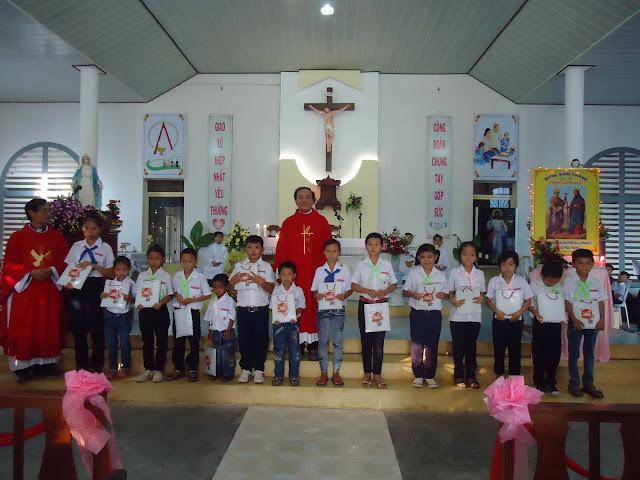 Giáo Xứ Hòa Thanh (Đá Bàn): Niềm vui của giáo xứ với 15 em thiếu nhi lớp Sơ Cấp 2 được rước Chúa Lần Đầu.