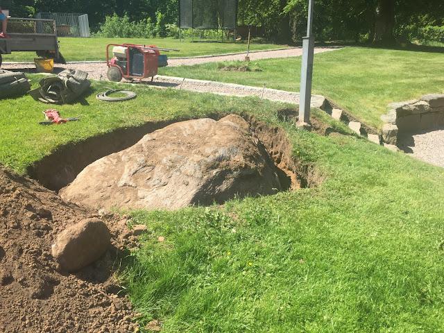 stor sten i trädgården