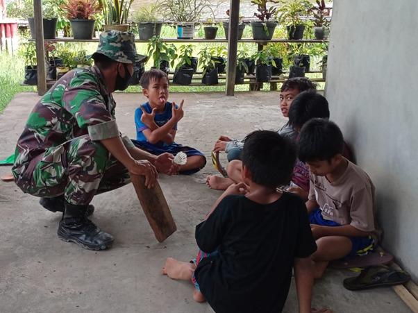 Keceriaan Anak-anak Desa Kuala Mandor B Bersama Anggota Satgas TMMD Ke-111 Kodim 1207/Pontianak