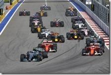 Bottas arriva alla staccata della seconda curva in prima posizione
