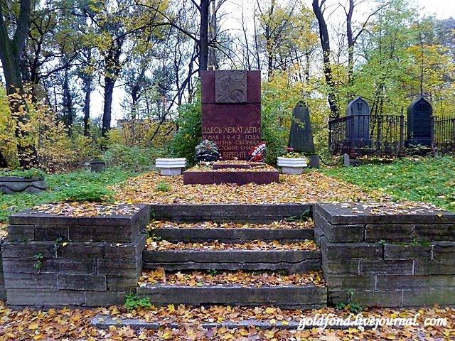 Памятник на общей могиле детей, погибших при артобстреле, скульптор В.И.Гордон, 1966г.