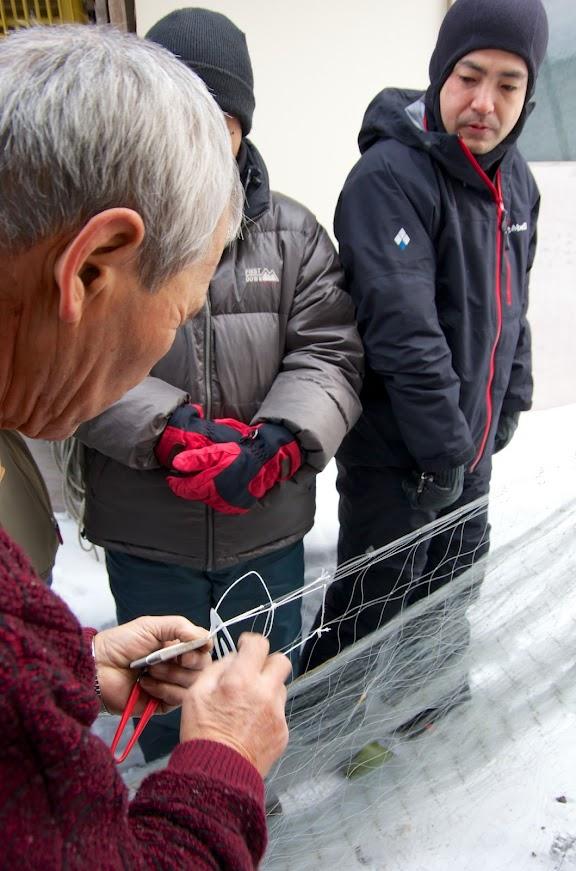 漁網の修理を見学