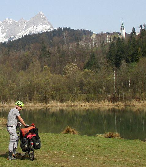 Pause an einem See bei Bischofshofen mit Blick auf das Kloster der Steyler-Missionare