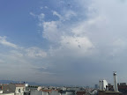 Schwülwarm und gewittrig wird der heutige Samstag. Jederzeit können Regenschauer und Gewitter entstehen und die Temperatur steigt auf 27 oder 28 Grad. Wenn es regnet können Summen bis zu 8 l/ qm zusammenkommen. #Wetter #Wien #Wettervorhersage #Samstag